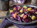 Rotkohl-Orangen-Salat mit Sonnenblumenkernen