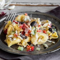 Schneller Tortellini-Salat Greek Style_featured