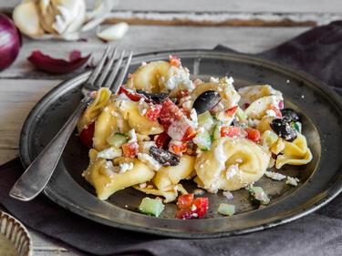 italienisch griechischer tortellini salat mit feta. Black Bedroom Furniture Sets. Home Design Ideas