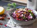 Lauwarmer Rotkohlsalat mit Feta und Datteln