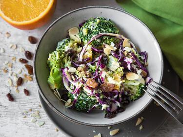 Brokkoli-Salat mit Mandeln und Rotkohl