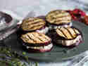 Auberginen-Sandwiches mit Oliven-Feta-Creme