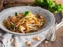 Lauwarmer Glasnudelsalat mit Hähnchen und Erdnüssen