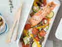 Low-Carb-Lachs mit mediterranem Ofengemüse und Feta