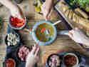Von fleisch über Gemüse bis Fisch - mit Fondue tmachst du alle froh.