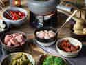 Die Basiszutaten: Fleisch, Gemüse, Öl und Brühe.