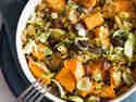 Warmer Linsen-Rosenkohl-Salat mit Süßkartoffeln