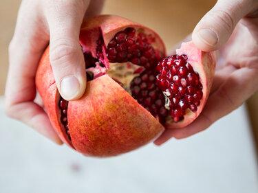 powerfrucht granatapfel wie du sie sch lst und entkernst. Black Bedroom Furniture Sets. Home Design Ideas