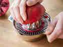 Granatapfel halbieren und mit Hilfe des Presskegels den Saft auspressen.