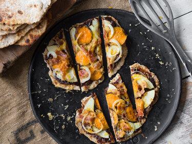 Schnelle Naan-Pizza mit Süßkartoffel, Apfel und Bacon