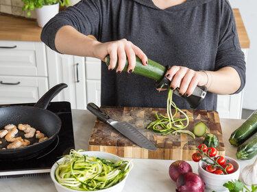 Zucchini durch den Spiralschneider drehen - fertig ist das Low-Carb-Mittagessen.