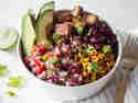 Vegane Burrito Bowl mit Tofu und Tomaten-Limetten-Salsa