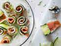 Low-Carb-Partysnack: Schnelle Gurken-Röllchen mit Lachs