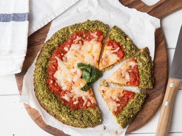 Schnelle Low-Carb-Pizza mit Brokkoliboden