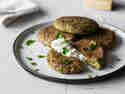 Brokkoli-Parmesan-Taler mit Joghurt-Dip