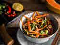 Thailändischer Papaya-Salat mit Erdnüssen und Chili-Dressing