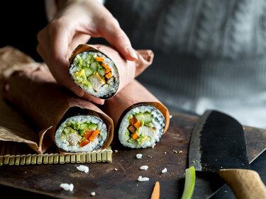 Sushi Burrito mit Hühnchen-Gemüse-Füllung und Guacamole