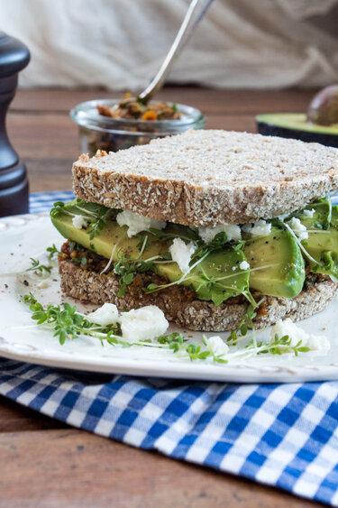Sandwich mit Avocado und Tomatenpesto © Flowers on my plate