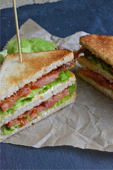 BLT Sandwich mit glasiertem Bacon © The Recipe Suitcase