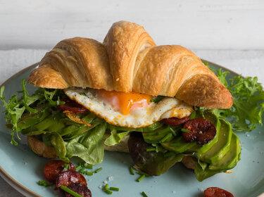 Croissant-Sandwich mit Chorizo, Ei und Avocado © S-Küche