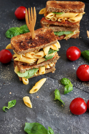 Vegan Mac and Cheese Toast © Lenaliciously