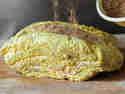 Trockenrub wird auf das Pulled Pork geschüttet