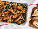 Würstchen, Süßkartoffeln und Bohnen aus dem Ofen