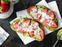 Avocado-Erdbeer-Stulle mit Ziegenkäse