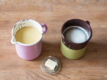 Du benötigst nicht viel: Couscous, etwas Butter und Brühe