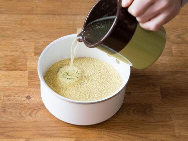 Instant-Couscous wir nicht gekocht - man lässt ihn quellen.