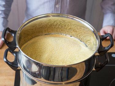 Couscous wird traditionell in einer Couscoussière gedämoft.