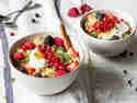Süßer Couscous mit frischen Beeren und Ahornsirup