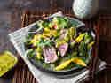 Asia-Salat mit Sesam-Thunfisch und Mango