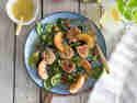 Gebackener Mandel-Ziegenkäse auf Pfirsich-Feigen-Salat