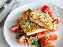 Low Carb Parmesan-Schnitzel mit Tomatensalat