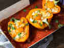 Gefüllte Paprika mit zartem Kürbis und gebackenen Eiern