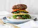 Brotloser Burger mit Halloumi und Grillgemüse