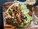 Naan mit Hähnchenspießen, Hummus und Salat