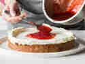 Du kannst die Füllung des Naked Cake auch mit Marmelade aufpeppen.