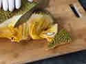 Jackfrucht in Stücke schneiden
