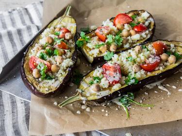 Vegane gefüllte Aubergine mit Kichererbsen und Tahini