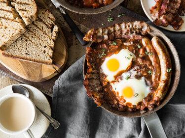 English Breakfast: Würstchen, Baked Beans und pochierte Eier