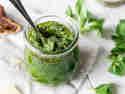 Schnelles Feldsalat-Pesto mit Feigen