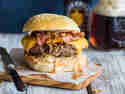 Burger XXL mit Sauerkraut und Bacon