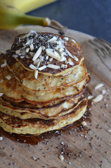 Bananen-Pancakes mit Honig und Mandeln © The Recipe Suitcase