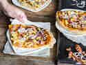 Pizza Hawaii mit BBQ-Sauce und Speck