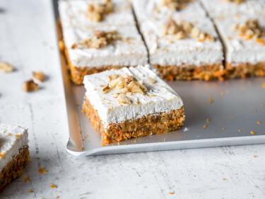 Raw Carrot Bites Mit Kokos Topping Vegan Und Glutenfrei