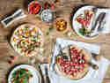 Pizza mit Ziegenkäse, Erdbeeren und Nektarinen