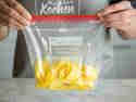 Ananasstücke im Gefrierbeutel einfrieren.