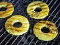 Ananas auf dem Grill zubereiten.